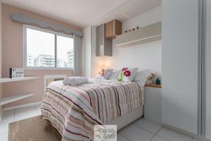 A bed or beds in a room at TOP 2 Quartos com VARANDA em Condominio com PISCINA, Portaria 24h e Estacionamento - Estrutura de Lazer para CRIANCAS - Apto com Ar Condicionado e Wi-Fi 100mbps