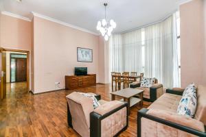 Uma área de estar em Apartment on Gold Baku