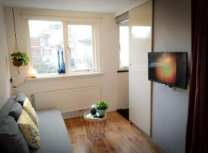 A television and/or entertainment center at Charming House in Historic Haarlem