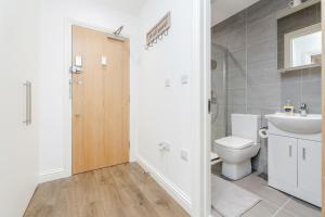 A bathroom at Watford Premier Serviced Apartments