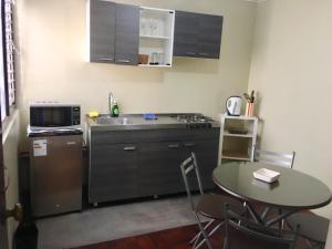 A kitchen or kitchenette at Lima Mini Aparts