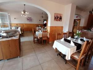 A restaurant or other place to eat at Sokoró Fogadó