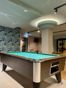 A pool table at Hostel The Globe