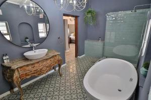 A bathroom at La Roca Guesthouse