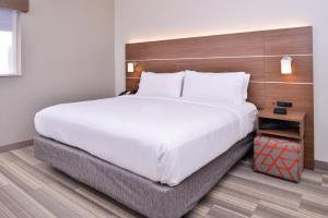 A bed or beds in a room at Holiday Inn Express New Orleans - St Charles