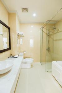 A bathroom at Paragon Noi bai Hotel & Pool