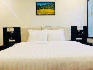 A bed or beds in a room at Paragon Noi bai Hotel & Pool