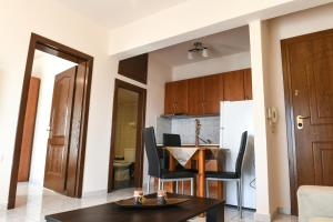 A kitchen or kitchenette at Papi's Free Parking Apartment1