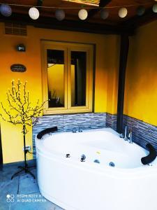 Un baño de Nadia's Lovely Home