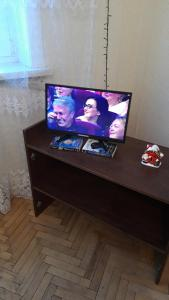 A television and/or entertainment center at Apartments Zvezda Yugo-Zapad