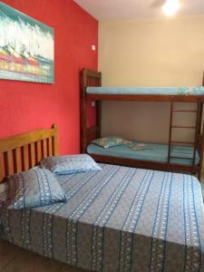 Uma ou mais camas em beliche em um quarto em Dolce Mar Ubatuba Suites