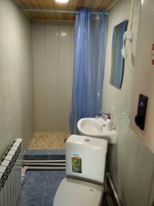 A bathroom at Tunkinskaya Dolina Poselok Zhemchug Naran Gol