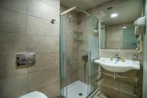 Ein Badezimmer in der Unterkunft Argo Hotel Piraeus