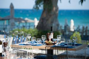 A restaurant or other place to eat at Seasabelle Hotel near Athens Airport