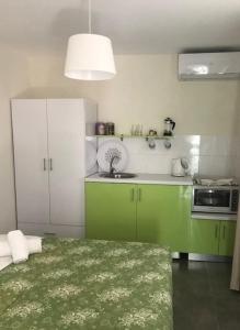 Η κουζίνα ή μικρή κουζίνα στο Filippos Resort II by Karidi
