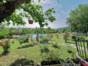 Vrt u objektu Holiday Home Mavrici - Two Bedroom Holiday Home with Pool