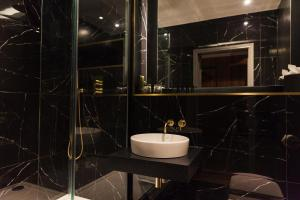 A bathroom at The Chesterton Hotel