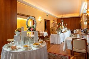 A restaurant or other place to eat at Grand Hotel Cravat