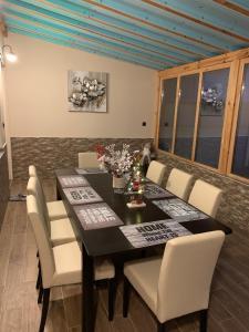 ห้องอาหารหรือที่รับประทานอาหารของ Maison Blanche Guest Rooms