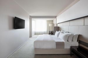 A bed or beds in a room at Hotel Realm