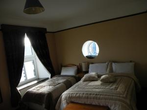 A bed or beds in a room at Buggle's Pub and Accommodation