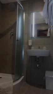 A bathroom at Caesar Panzió