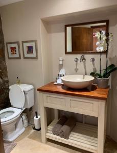 A bathroom at Ikhaya Safari Lodge