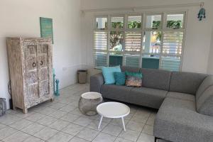Uma área de estar em Beautiful House near Mangel Halto Beach