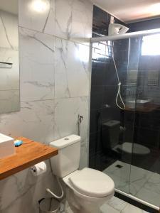 Um banheiro em Suítes Astral