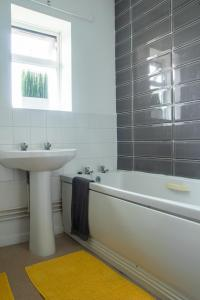 A bathroom at Eastfield Mews 3/4 beds upto 5 guests