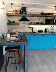 A kitchen or kitchenette at Apartman Kika