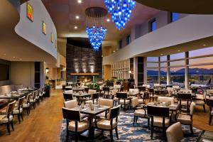 A restaurant or other place to eat at Fairmont Vancouver Airport In-Terminal Hotel