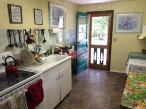 Kitchen o kitchenette sa Brookside Motel & Cabins