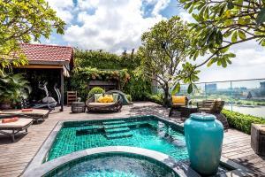 Der Swimmingpool an oder in der Nähe von Silverland Jolie Hotel