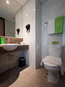 A bathroom at MaxOne Platinum Hayam Wuruk