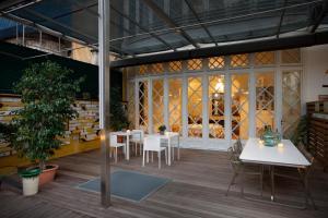 Un restaurante o sitio para comer en Ca La Maria Boutique Coliving