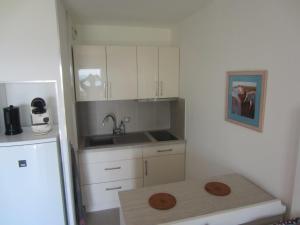 A kitchen or kitchenette at Appartement Vue sur la Mer, Saintes Maries de la Mer