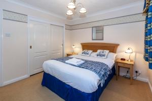 A bed or beds in a room at Churchill Way Suite