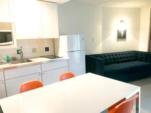 Кухня или мини-кухня в The Jolly Roger Motel