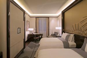Cama ou camas em um quarto em Hotel The Peninsula Paris