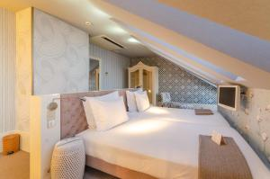 A bed or beds in a room at Lx Boutique Hotel