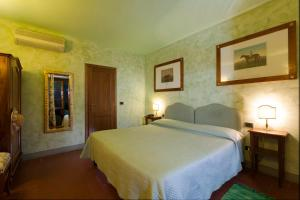A bed or beds in a room at Relais Poggio Borgoni