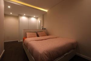 A bed or beds in a room at Guest House 16