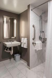 A bathroom at Phoenix Park Hotel
