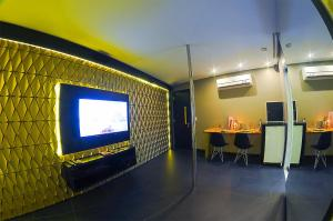 A television and/or entertainment centre at Nexos Motel Tamarineira (Adult Only)