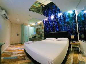 A bed or beds in a room at Nexos Motel Tamarineira (Adult Only)