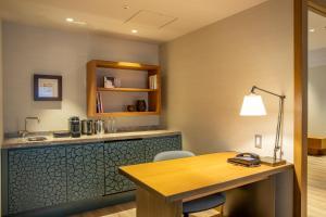 Кухня или мини-кухня в Hilton Nagoya Hotel