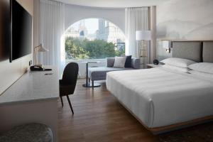 A bed or beds in a room at Montreal Marriott Chateau Champlain