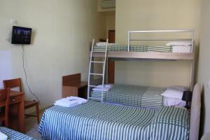 Uma ou mais camas em beliche em um quarto em Villa Monte Mario