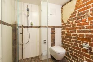 A bathroom at Romantik Hotel Scheelehof Stralsund